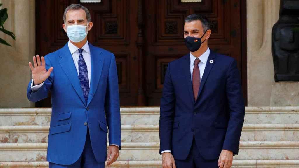Felipe VI y Pedro Sánchez, al inicio de su despacho en Marivent.