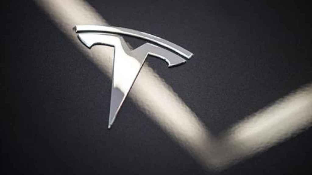 El logo de Tesla.