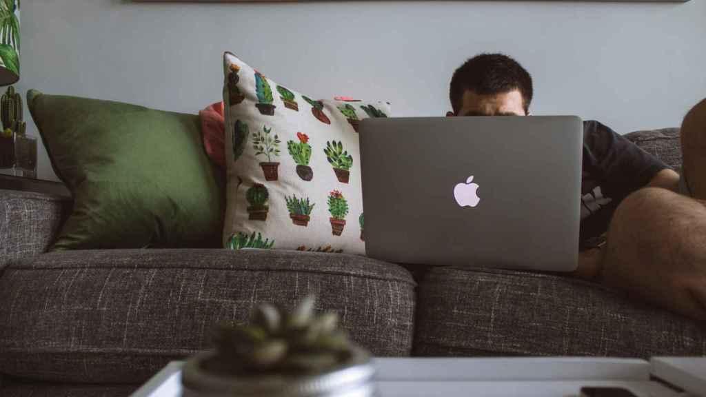Los jóvenes compran más a media noche y desde el sofá
