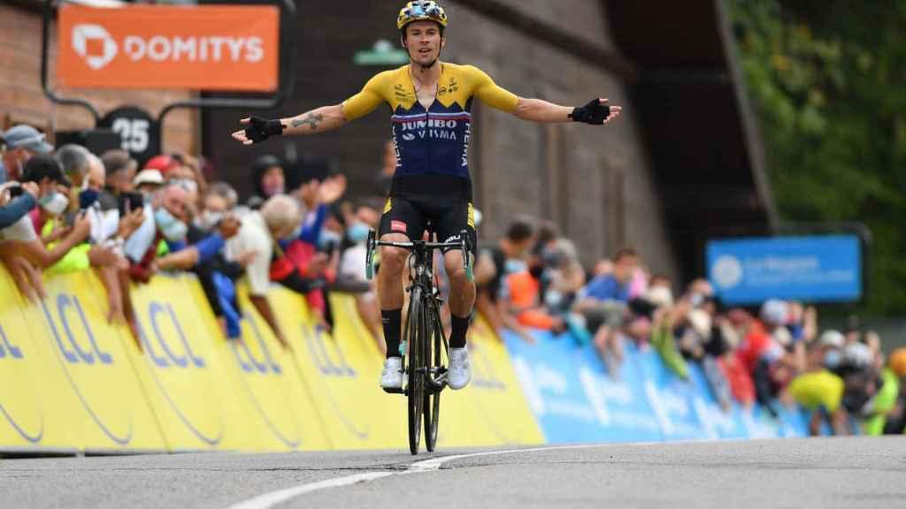Primoz Roglic celebra su triunfo en el Col de Porte en el Criterium del Dauphiné 2020