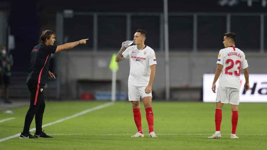 Reguilón recibe indicaciones de Lopetegui durante el partido del Sevilla