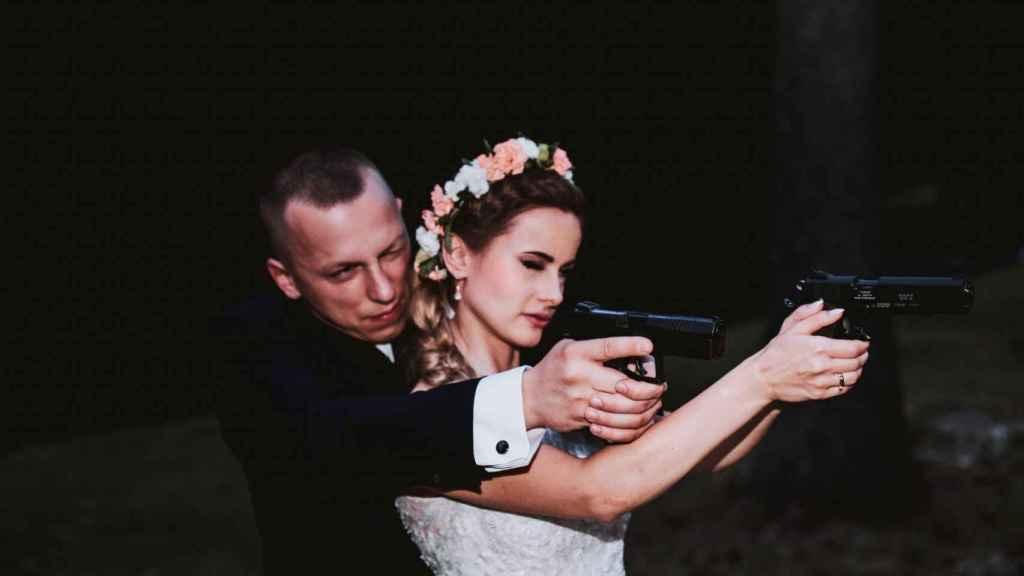 Justyna Helcyk, en una imagen que publicó con esta leyenda: Hay varios juegos de bodas... Amor y armas.