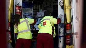 Dos sanitarios en una ambulancia en la Comunidad de Madrid.
