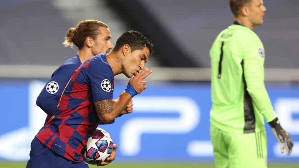 Luis Suárez recoge el balón de la portería en busca de la remontada ante el Bayern