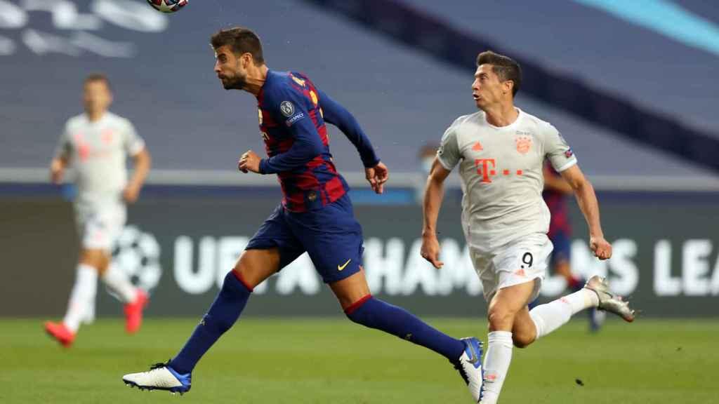 Piqué despeja un balón durante el Barcelona-Bayern