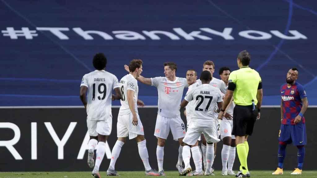 Los jugadores del Bayern celebran uno de los goles del partido ante el Barça