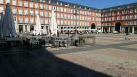 La Plaza Mayor de Madrid luce prácticamente vacía debido al descenso de turistas.