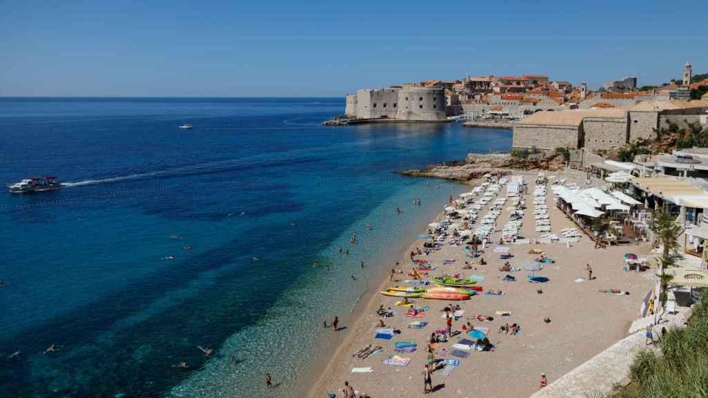 Gente en una playa de Dubrovnik el pasado mes de julio, durante la pandemia de coronavirus.