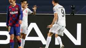 Philippe Coutinho celebra con Robert Lewandowski el tanto del polaco ante el Barça