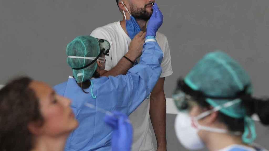 Una enfermera del Servicio Vasco de Salud Osakidetza realiza una prueba PCR este viernes.