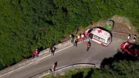 La ambulancia espera el rescate de Evenepoel