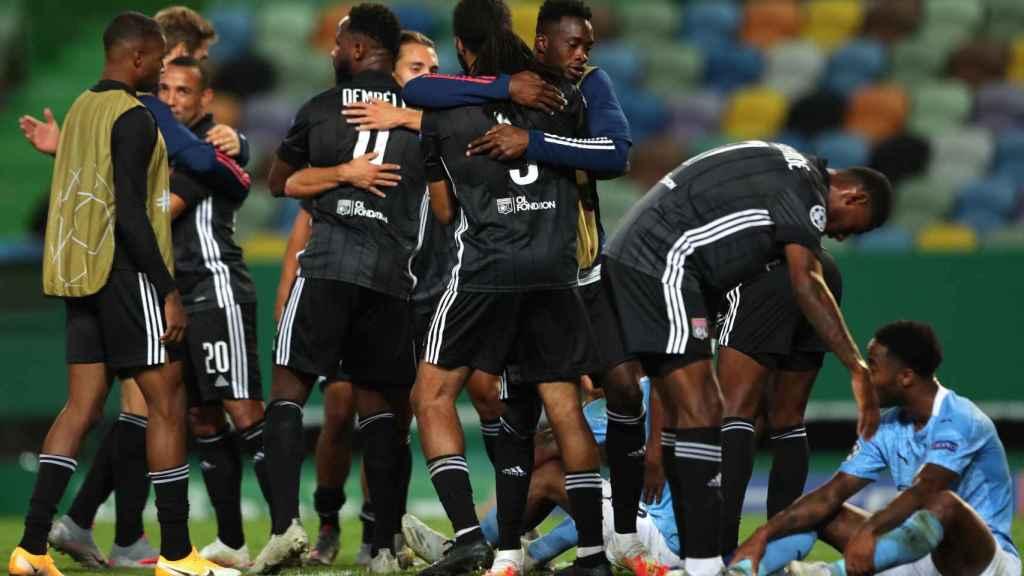 Sterling consolado por los jugadores del Lyon