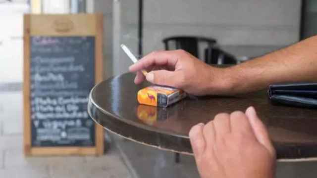 Un fumador en una terraza.