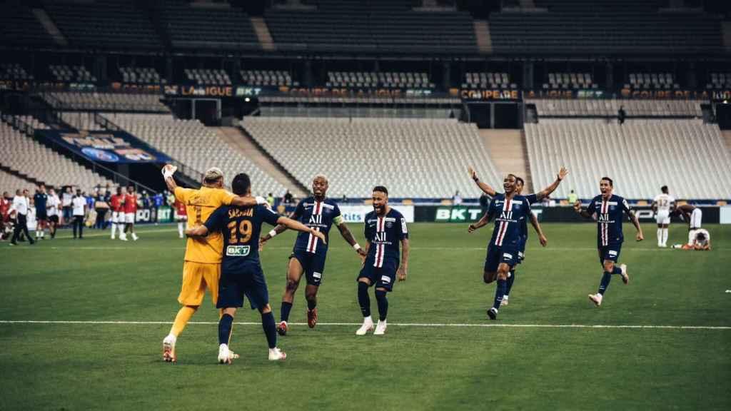 Los jugadores del PSG celebran la Coupe de la Ligue sin aficionados en las gradas.