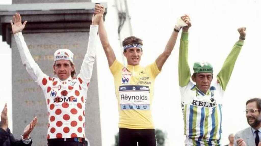Perico Delgado, en el centro, en el podio del Tour de Francia de 1988.