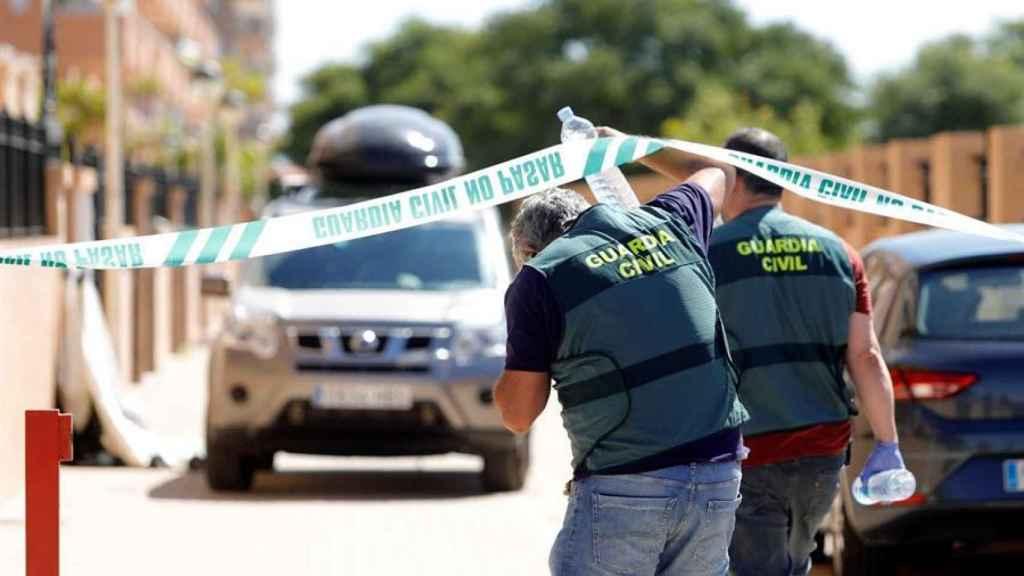 Agentes de la Guardia Civil acceden a la vivienda donde tuvieron lugar los hechos, este domingo.