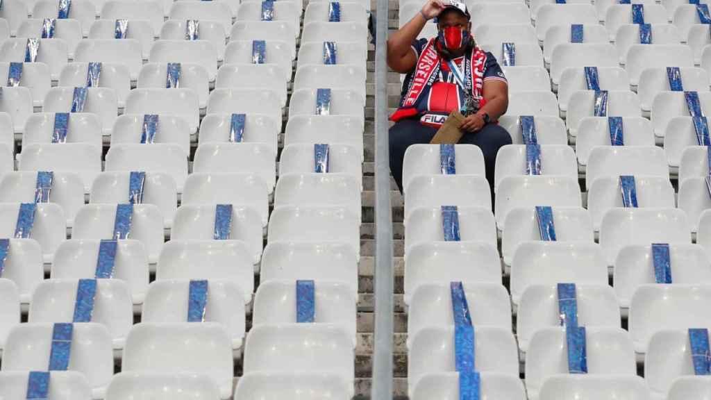 Un aficionado del PSG, en un estadio de fútbol