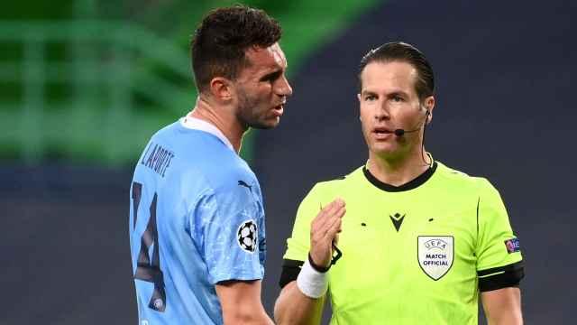 Laporte quejándose al árbitro durante el Manchester City - Lyon