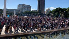 Los manifestantes rodeando la plaza de Colón, este domingo.
