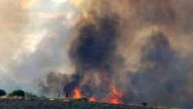 La UME y otros medios trabajan para extinguir el incendio de Zamora, que sigue activo