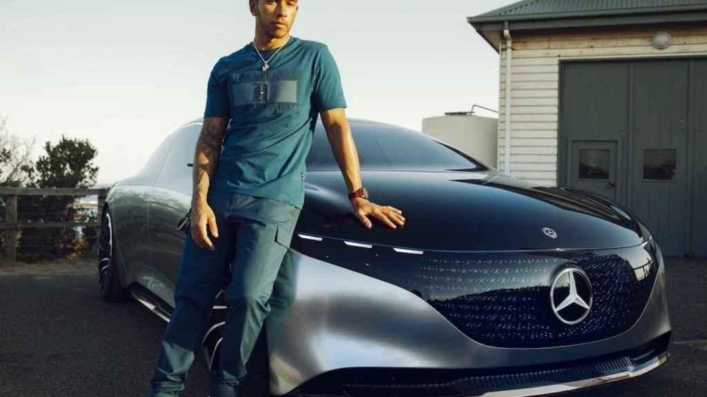 Lewis Hamilton junto al Mercedes-Benz Vision EQS.