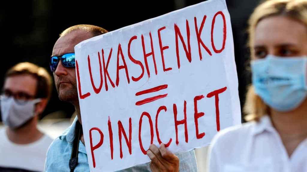 Una pancartas vista en una manifestación convocada por la oposición.