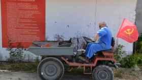 Un operario prepara las instalaciones de 'Avante!' en la localidad de Seixal, a las afueras de Lisboa.