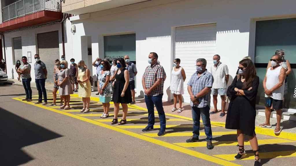 Minuto de silencio celebrado este lunes frente a las dependencias de la Tenencia de Alcaldía de La Ribera de Cabanes.