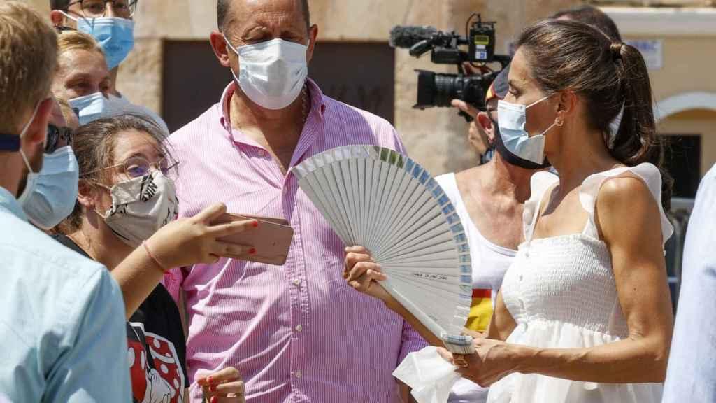 Letizia, recibiendo un abanico en Menorca.