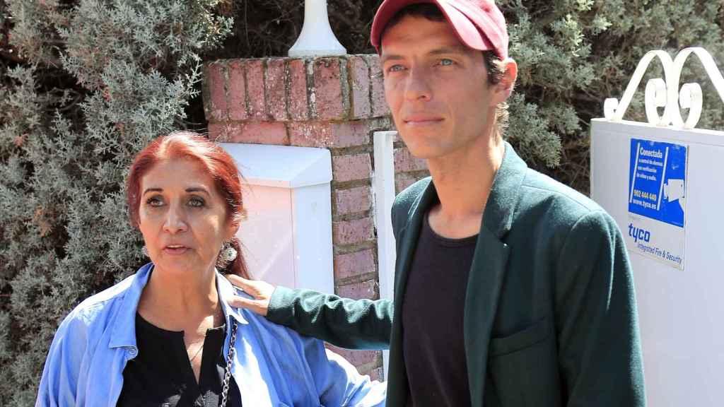 Camilo Blanes junto a su madre Lourdes Ornelas.