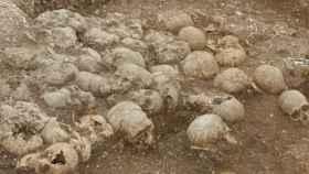 Los cráneos decapitados de los 51 cuerpos hallados.