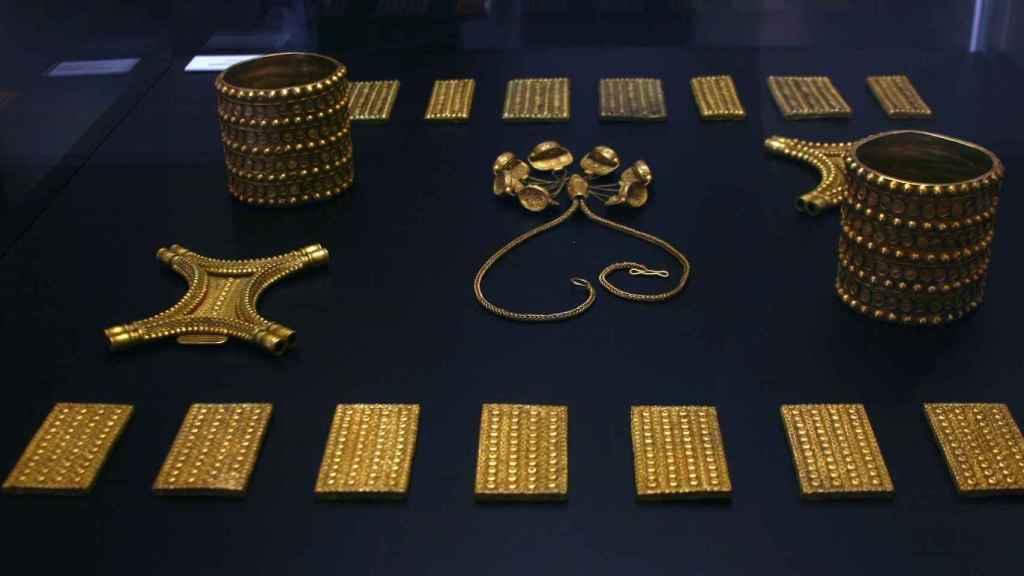 El Tesoro del Carambolo expuesto en el Museo Arqueológico de Sevilla en el 50 aniversario de su hallazgo.