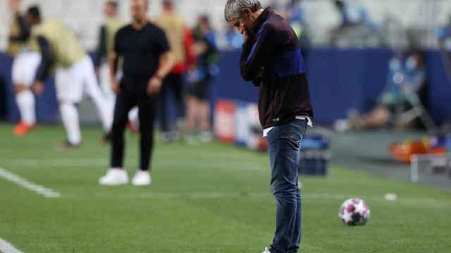 Quique Setién, abatido durante el partido entre el Barça y el Bayern de Múnich