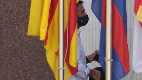 Josep María Bartomeu, detrás de las banderas del Barça entrando en las oficinas este lunes para la Junta Extraordinaria