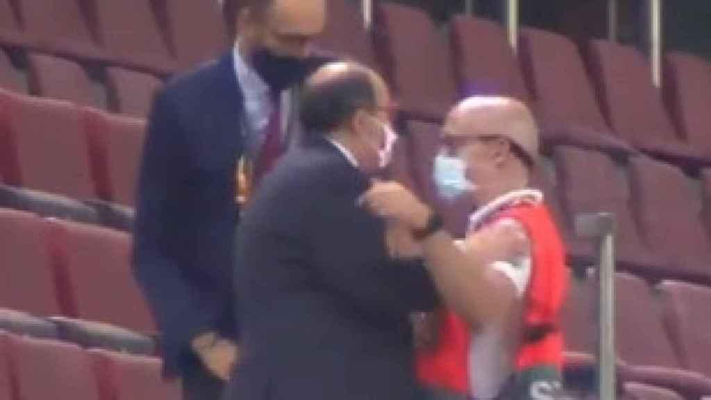 Pepe Castro, presidente del Sevilla, intenta bajar al césped