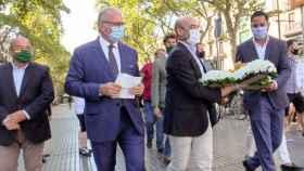 Jorge Buxadé (i) e Ignacio Garriga (d) en la ofrenda floral por las víctimas del 17-A.
