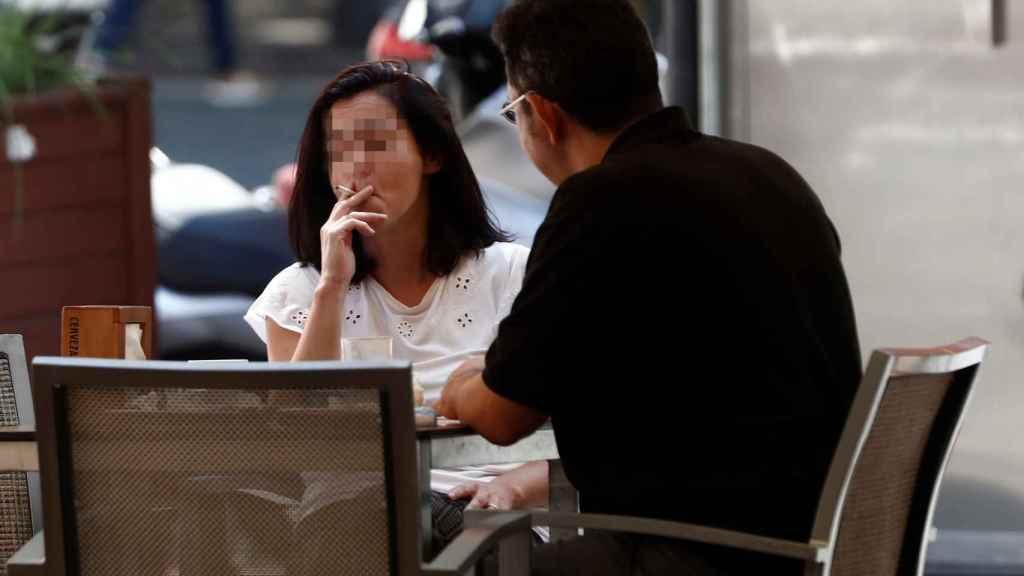 Una mujer fuma en una terraza de Madrid.