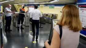Controles de acceso en la estación de metro de Menendez Pelayo.
