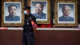 Un guardia de seguridad con mascarilla protectora en la calle peatonal Wangfujing en Beijing.