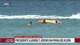 El momento en el que el presidente llega junto de las dos jóvenes, captado por las cámaras de la televisión SIC.