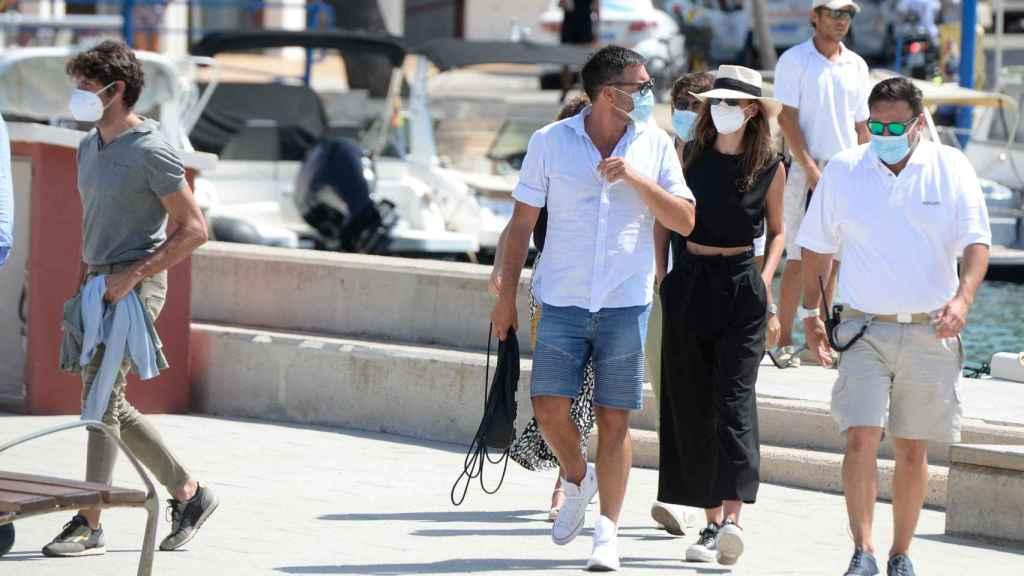 Cayetano, a la izquierda de la imagen, y Eva González, de negro, a su llegada al puerto de Mallorca.