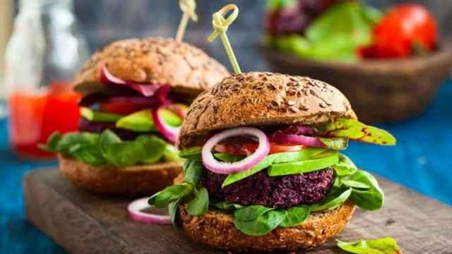 Unas hamburguesas vegetales dispuestas para ser comidas.