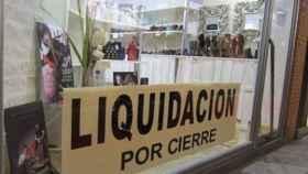 Rótulo de liquidación por cierre en el escaparate de un establecimiento.