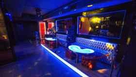 Interior de una discoteca madrileña con mesas y sillas que están prohibido ocupar para garantizar la distancia de seguridad.