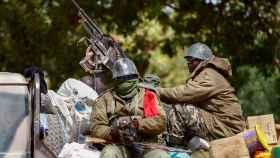 Soldados malienses patrullan en la ciudad recientemente liberada de Diabaly.