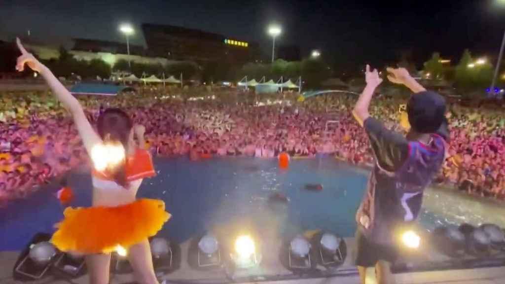 Miles de personas en un festival de música.