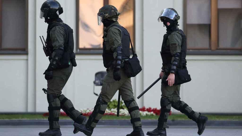 Antidistubios bielorrusos llegan a la manifestación del pasado 17 de agosto.
