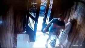 Imagen tomada por la cámara de seguridad del puñetazo propinado a la anciana para robarla