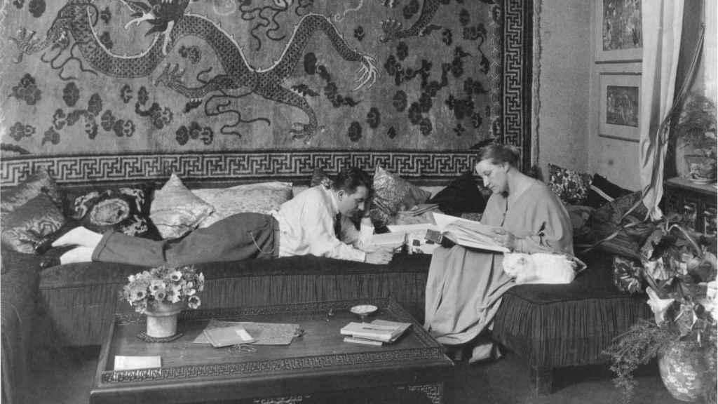 Fritz Lang y Thea von Harbou en su piso de Berlín.