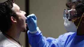 Un hombre se somete a las pruebas PCR en un centro de salud.